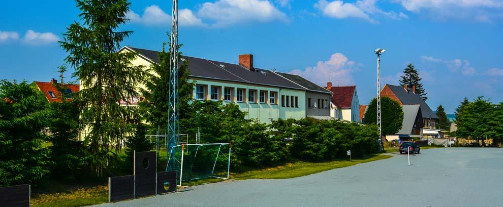 Hartplatz an der Turnhalle Spitzkunnersdorf